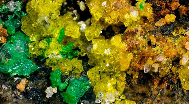 excell-bombas-descoberto-o-mineral-mais-complexo-da-terra-ewingita